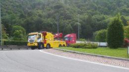 camion in panne trainato rotonda ballabio