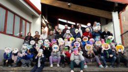 I bambini delle prime con le mascherine di carnevale realizzate con i nonni