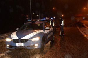polizia stradale pattuglia notte pioggia