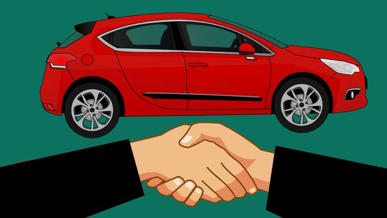 auto affare fatto stretta di mano