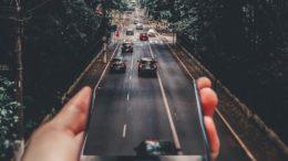 auto connessa motori smartphone tecnologia futuro strada
