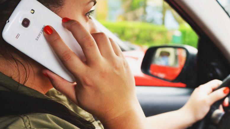 cellulare alla guida telefonino smartphone al volante