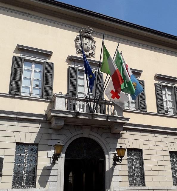 Comune-di-Lecco-Palazzo-Bovara-BANDIERA Croce-Rossa