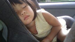 bambina addormentata auto bimba seggiolino
