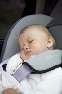 bambina auto dorme seggiolino