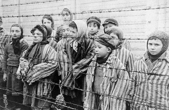 1024px-Child_survivors_of_Auschwitz (Piccola)