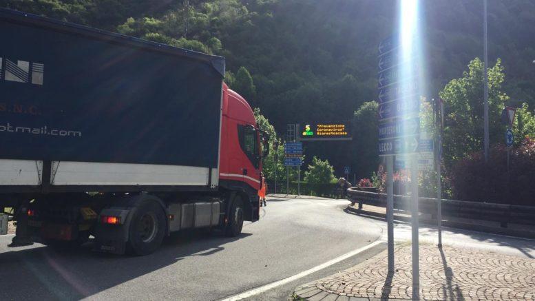 camion fermo rotonda ballabio