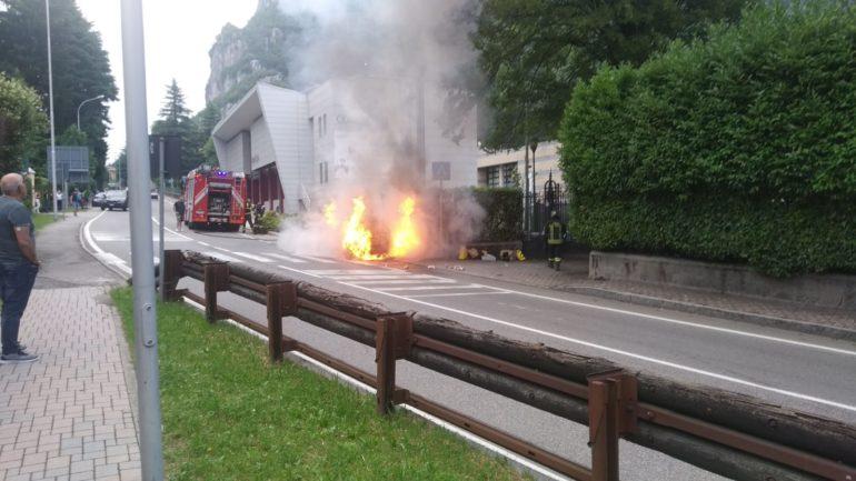 Incendio auto Ballabio 1lug20 (1)