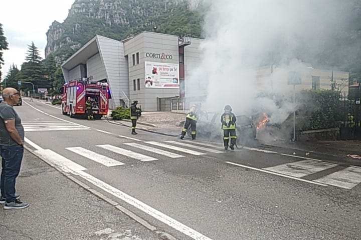Incendio auto Ballabio 1lug20 (4)