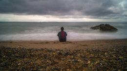pensatore in riva al amre